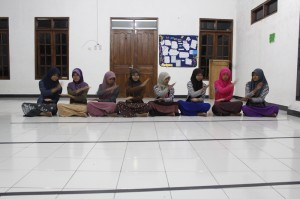 Ruang latihan luas, penari cuma delapan, berharap yang terbaik dari mereka.